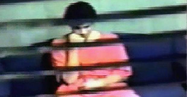 Khadr a passé au total 2920 jours à la prison américaine de Guantanamo. Le voici dans une salle d'interrogatoire de Guantanamo Bay dans cette image tirée d'une vidéo de surveillance de 2003. (Document / Presse canadienne) La veuve du militaire américain tué dénonce l'affaire