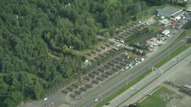 Des dizaines de tentes ont été installées pour accueillir des demandeurs d'asile à Saint-Bernard-de-Lacolle. Photo : Radio-Canada RCI avec La Presse canadienne