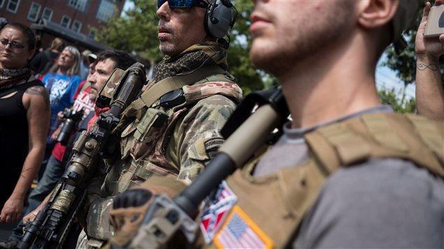 Plusieurs suprémacistes blancs aux États-Unis portaient dans la ville de Charlottesville des armes à feu et des vêtements militaires Photo : Reuters / Justin Ide Photo Credit: Justin Ide