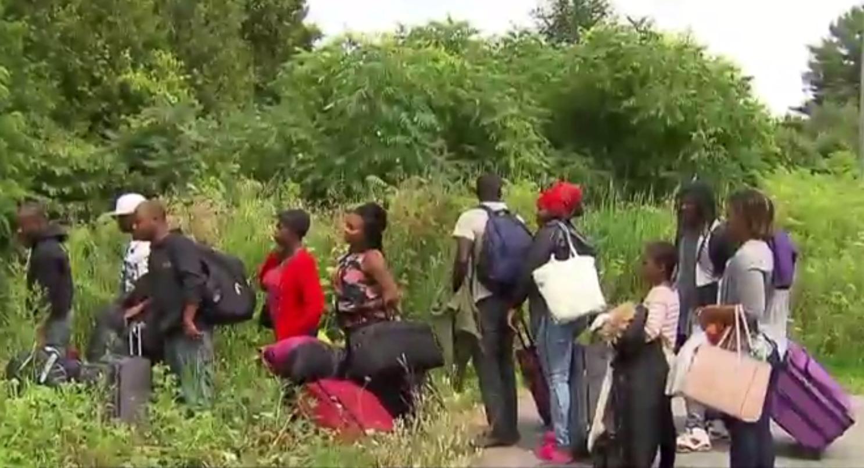 Les journées d'été clémentes aidant, des dizaines d'Haïtiens en provenance des États-Unis traversent chaque jour en ce moment la frontière illégalement au Québec, car ils craignent la promesse de l'Administration Trump d'un resserrement des politiques d'immigration américaines.
