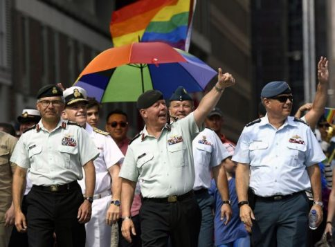 Le chef d'état-major canadien, Jonathan Vance, au défilé de la fierté gaie à Ottawa Photo: Justin Tang La Presse canadienne