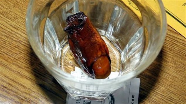 Un gros orteil dans un verre de whisky. Le truc est de boire et caresser l'orteil des lèvres sans le croquer ou l'avaler. Photo Credit: CBC