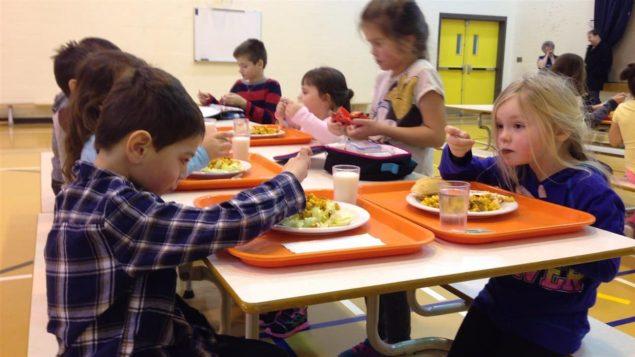 La vente de malbouffe est interdite depuis cette année dans les cafétérias scolaires au Nouveau-Brunswick, en Nouvelle-Écosse et à l'Île-du-Prince-Édouard. Photo : Radio-Canada