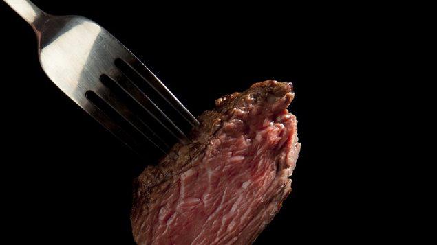 Dans une étude publiée en décembre 2015 dans la revue Proceedings of the National Academy of Sciences, des chercheurs ont pour la première fois décrit en détail en quoi la viande rouge pouvait s'avérer nocive pour l'humain.