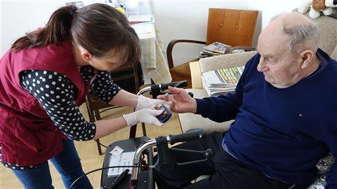 Une infirmière rend visite en septembre 2016 à un Québécois atteint d'Alzheimer. © Radio-Canada/Ginette Lamarche
