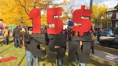 Des manifestants sont réunis dans un parc de Montréal, le 15 octobre dernier, pour participer à une manifestation en faveur d'une hausse du salaire minimum à 15 $ l'heure.