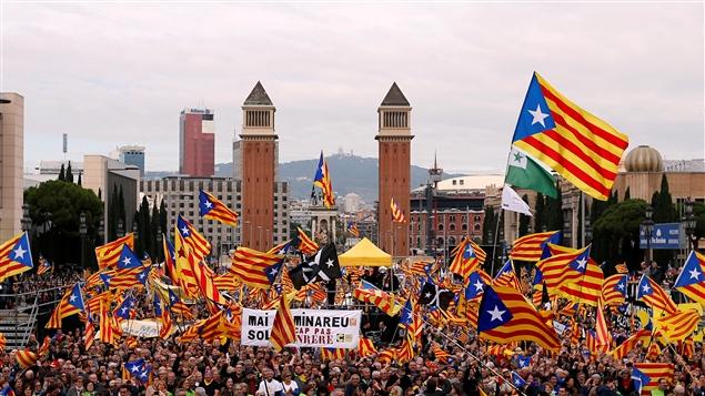 Des milliers d'indépendantistes catalans manifestent dans les rues de Barcelone. Albert Gea / Reuters