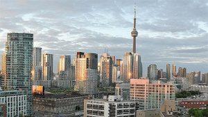 Le tour du CN vue de loin au centre-ville de Toronto en Ontario.