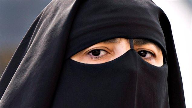 Pour plusieurs, la loi va trop loin, car trop lâchement écrite selon eux, elle laisse libre-cours aux interprétations et pourrait favoriser une autre campagne de dénigrement populiste et raciste contre notamment les femmes musulmanes. (Ryan Remiorz / Presse canadienne)