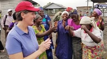 La ministre canadienne responsable du dossier de l'aide internationale, Marie-Claude Bibeau, cet été en République démocratique du Congo. PC