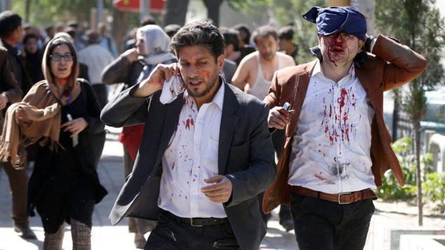 Des blessés fuient les lieux de l'explosion au centre de Kaboul, en Afghanistan en mai 2017. Photo : Reuters/Omar Sobhani