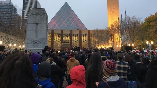 Des centaines de personnes se sont rassemblés lors d'une soirée de solidarité sur la place Churchill d'Edmonton dimanche après deux attentats terroristes samedi soir dans la ville. (Andrea Ross / CBC)