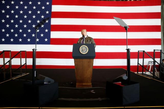 M. Trump a atterri en milieu de matinée sur la base militaire américaine de Yokota située à une quarantaine de kilomètres à l'ouest de Tokyo. REUTERS