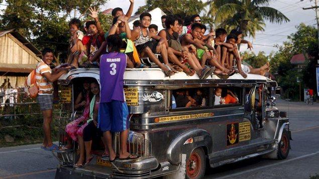Les Jeepneys sont un moyen de transport en commun très populaire aux Philippines. Ce sont à l'origine des Jeeps abandonnées par l'armée américaine à l'issue de la Seconde Guerre mondiale, réputées pour leurs décorations flamboyantes et le nombre impressionnant de passagers qu'elles peuvent transporter. Photo Credit: © Erik de Castro / Reuters