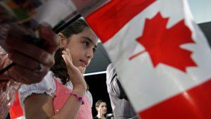 Negar Fakhraee, une jeune Iranienne, prête serment lors de sa cérémonie de citoyenneté canadienne en 2009. Photo : La Presse canadienne/Darryl Dyck