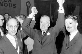 René Lévesque, Jean Lesage et Paul Gérin-Lajoie lors de la victoire du Parti libéral Photo : Archives La Presse/Réal Saint-Jean