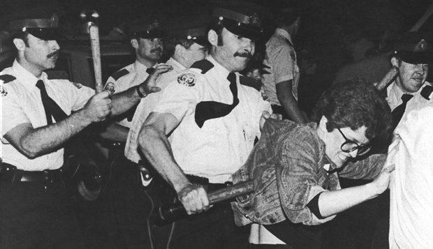 Violence policière en Ontario dans les années 70 contre des manifestants homosexuels. - CBC