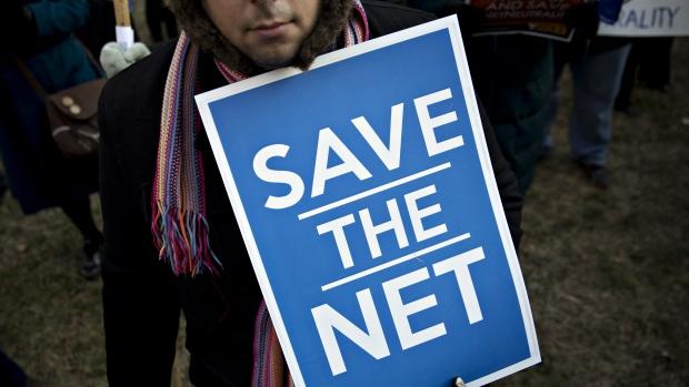 Ajit Pai, nommé à la tête de la FCC par le président Donald Trump, affirme que les régulations actuelles trop strictes découragent les investissements dans le haut débit. Il plaide pour le retour à une «approche réglementaire légère» revenant à la situation des années 2000 qui a permis à l'Internet de s'épanouir. (Andrew Harrer/Bloomberg)