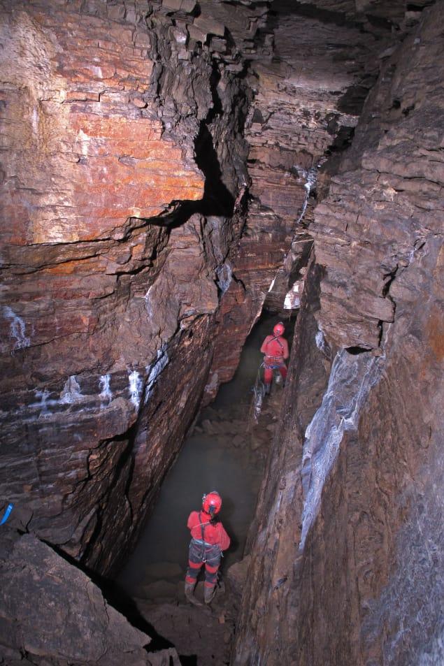 Deux spéléologues marchent dans la grotte du parc Pie-XII à Saint-Léonard. Photo : Radio-Canada/Société québécoise de spéléologie