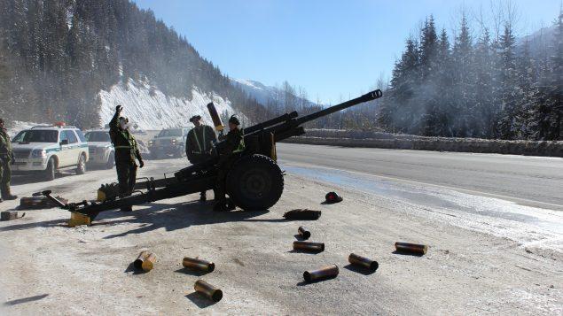 Rogers Pass, Colombie-Britannique. 26 février 2014 - Des membres du 5e Régiment d'artillerie légère du Canada se débarrassent des obus expulsés du côté de la route transcanadienne dans le col Rogers. (Image reproduite avec l'aimable autorisation de Parcs Canada)