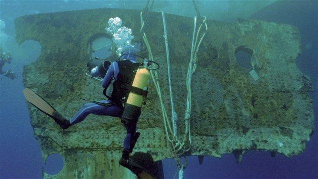 Un morceau de coque pesant 17 tonnes est remonté à la surface. Il fut vendu aux enchères en avril 2012. Photo Credit: AP/RMS Titanic, Inc