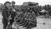 Les premiers soldats allemands capturés par des Canadiens à la suite du débarquement en Normandie. Bibliothèque et Archives Canada/Frank L. Dubervill ©PC