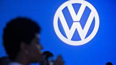 Le W sur fond bleu de la marque allemande Volkswagen.