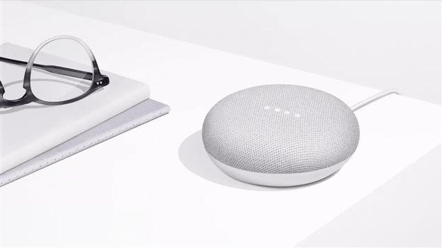 Le Google Home Mini est un petit haut-parleur intelligent