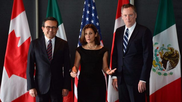 Ildefonso Guajardo Villarreal, Chrystia Freeland et Robert Lighthizer, qui dirigent respectivement les discussions au nom du Mexique, du Canada et des États-Unis. Photo : La Presse canadienne/Sean Kilpatrick