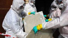 Des travailleurs manipulent de la l'amiante Photo : Reuters