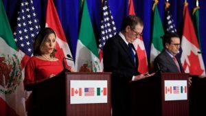 De gauche à droite, la ministre des Affaires étrangères, Chrystia Freeland, avec le représentant américain au commerce, Robert Lighthizer, et le secrétaire mexicain de l'Économie, Ildefonso Guajardo Villarreal. Leurs équipes terminent lundi leurs négociations de l'ALENA lors d'une la sixième ronde de discussion à Montréal. (Manuel Balce Ceneta/Associated Press)
