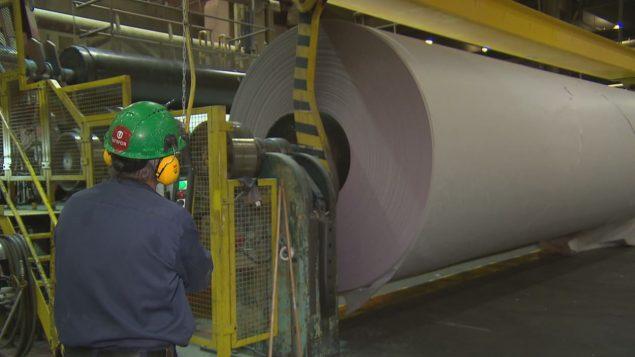 Un travailleur supervise la fabrication de papier journal. Photo : Radio-Canada/Benoît Jobin