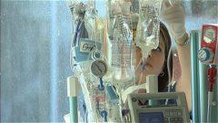 Une infirmière ajuste des solutés - Photo: Radio-Canada