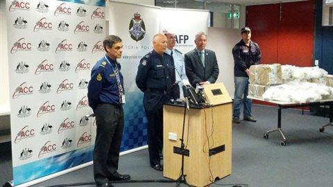 Des policiens australiens annoncent la saisie de la drogue. © Australia Federal Police
