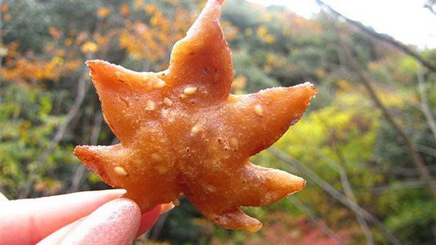 Certains pâtissiers, pour obtenir de meilleurs résultats, préservent les feuilles d'érable pendant toute une année dans en fûts de sel. Mais cela n'est pas obligatoire. Photo Credit: Bored Panda