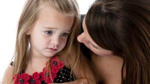 Une mère réconforte sa petite fille. Photo : iStock