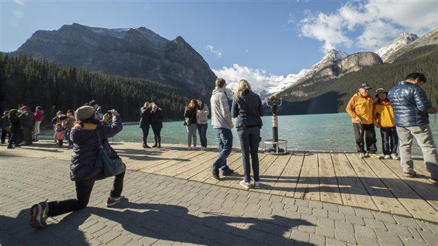 Des touristes immortalisent leur visite dans le Parc national de Banff, en Alberta, en prenant des photos devant le lac Louise. Les grands espaces sont particulièrement appréciés par les touristes chinois. © iStockphoto