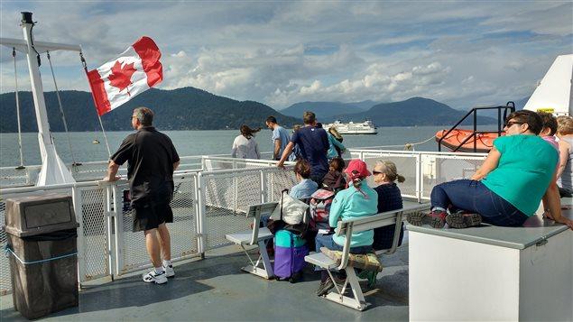 Des touristes étrangers sur un traversier en Colombie-Britannique entre Horseshoe Bay et l'île Bowen. Photo Credit: Philippe Moulier/Radio-Canada