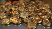 Une pile de jetons de la monnaie virtuelle bitcoin. © Getty Images/George Frey
