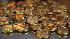 Une pile de jetons de la monnaie virtuelle bitcoin. © Getty Images/George Frey