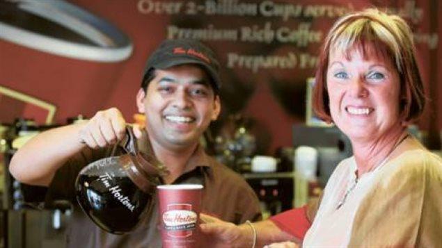 Jeri Lynn Horton-Joyce, fille de Tim Horton, est servie par un employé à Dubaï. Cette photo a été prise pour un article publié dans le Gulf News, un quotidien en langue anglaise à Dubaï. (Asghar Khan / Gulf News)