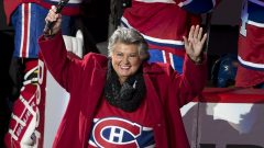 La chanteuse québécoise Ginette Reno chante l'hymne national canadien en français. (Photo Robert Skinner)