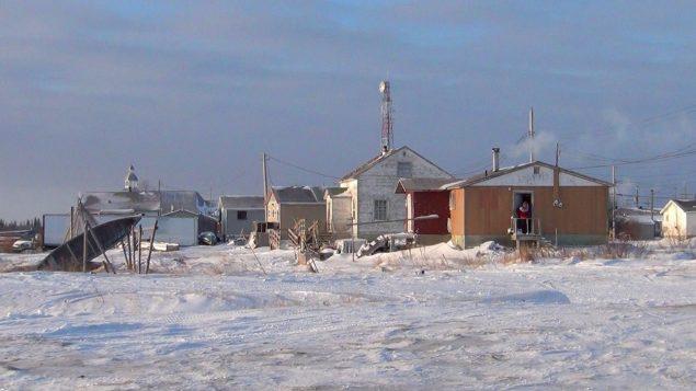 Quelques maisons de la Première Nation d'Attawapiskat, située au bord de la baie James, dans le nord de l'Ontario. Photo : Getty Images/Spencer Wynn