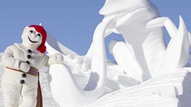 Une grenouille tire la langue aux cöté de la mascotte du Carnaval de Québec - Photo : Carnaval de Québec