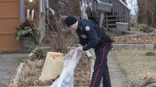 un policier est à l'extérieur d'une maison sur Mallory Crescent à Toronto, où Bruce McArthur a effectué des travaux d'aménagement paysager.