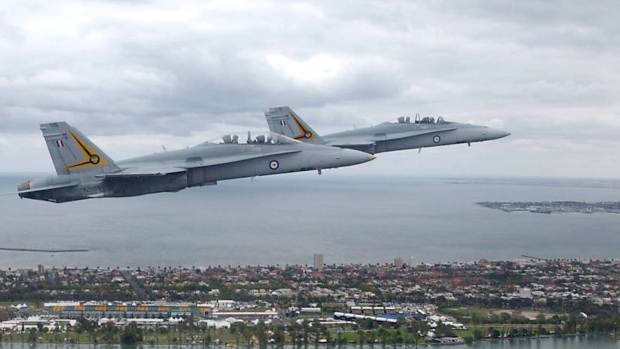 Des CF-18 Hornets australiens survolent Melbourne. Photo : Reuters
