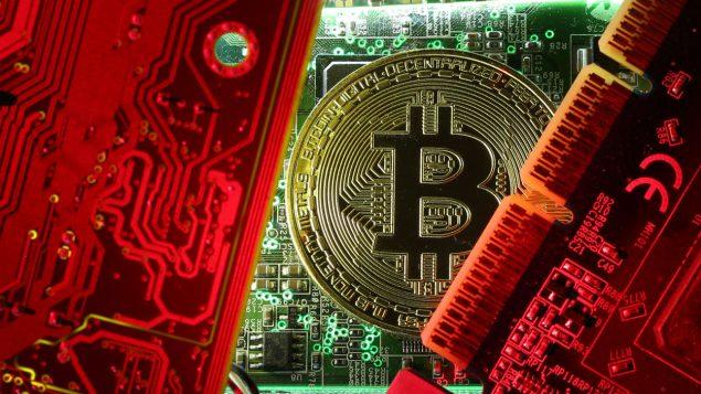 Une pièce de monnaie représentant un bitcoin entourée de circuits informatiques Photo : Reuters/Dado Ruvic