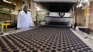 Un ouvrier regarde la production dans une usine qui fabrique des biscuits Oreo dans l'usine de Montréal. (Ryan Remiorz / Presse canadienne)