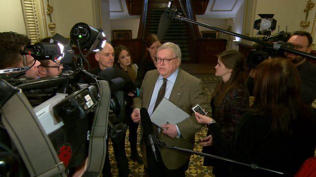 Le ministre de la Santé, Gaétan Barrette, en mêlée de presse, au début février. Photo : Radio-Canada