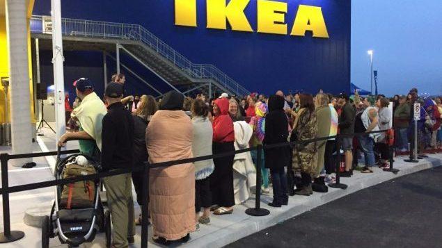 Nouveau magasin Ikea à Dartmouth en Nouvelle-Écosse en septembre 2017: des clients en ligne 15 heures avant l'ouverture. Photo : Radio-Canada